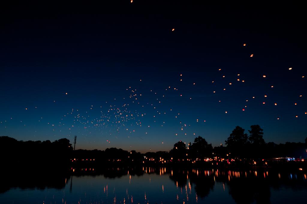 Flying hot air lanterns - photo by Kamil Porembiński